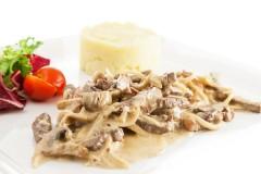 Мясо по-строгановски с картофельным пюре