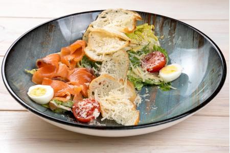 Классический салат «Цезарь с семгой»