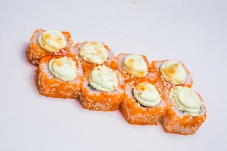 Ролл с копченым лососем и соусом вассаби