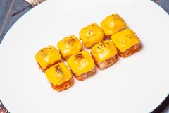 Запеченные роллы с креветкой и сыром чеддер