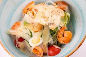 Классический салат «Цезарь с креветкой»