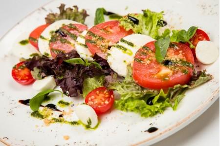 Моцарелла с томатами и соусом песто