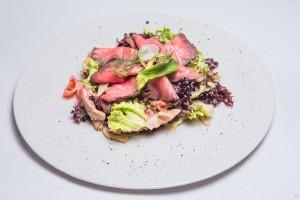 Нежный ростбиф с печеными овощами и грибами