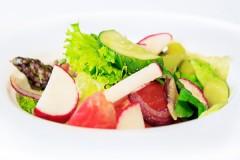 Салат из овощей с сезонными травами и деревенским маслом